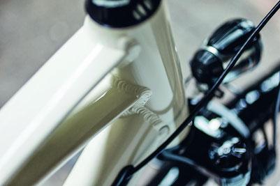 Zubehör, wie Helme, Schlösser, Sättel, Licht, Gepäckträger und vieles mehr für Trekking e-Bikes gibt es in der e-motion e-Bike Welt Hamburg