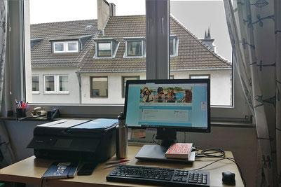 Homeoffice mit Domblick: Tobias Kuberski vom JMD Köln ist von zu Hause aus mit den Jugendlichen in Kontakt. Foto: JMD Köln