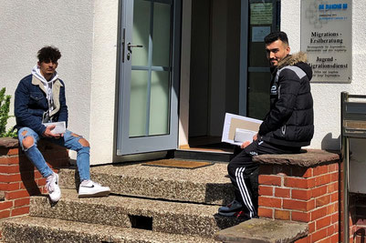 Mit Abstand auch vor Ort erreichbar: Jugendliche warten auf ausgefüllte Dokumente beim JMD Minden-Lübbecke. Foto: JMD Minden-Lübbecke