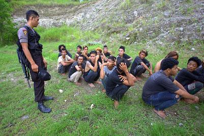 Festgenommene Punks kurz vor der Internierung