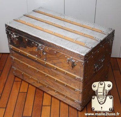 Louis Vuitton aluminum mail trunk Year: 1892  Particularity: Full aluminum   The incredible history of aluminum trunks dates back to a time when aluminum was a precious metal. Especially for shipments to Africa. Discover the restoration in our workshops