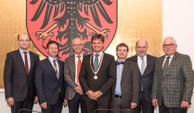 v.l.: Staatssekretär Albert Füracker, Oberbürgermeister Thomas Thumann, Dr. Siegfried Balleis, Prof. Dr. Joachim Hornegger, Prof. Dr. René Handschu, Landrat Willibald Gailler und Dr. Rolf Pilgrim.