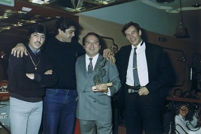 LOS CHICHOS CON FERNANDO ESTESO Y EL ACTOR TONY ISBERT DURANTE LA ENTREGA DE PREMIOS  EN LA SALA BOHEME - 1984