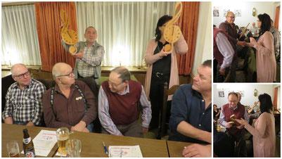 Jeannette und Hans überreichen unseren Jubilaren, Toni und Leo eine Notenschlüssel-Uhr