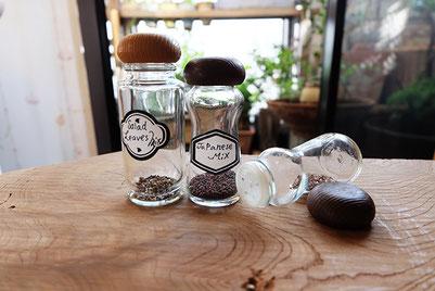 ウッドテーブルに並べられたスパイスの瓶