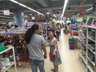 小3のKちゃん、街のお店で英語を使った初ショッピングに挑戦中!