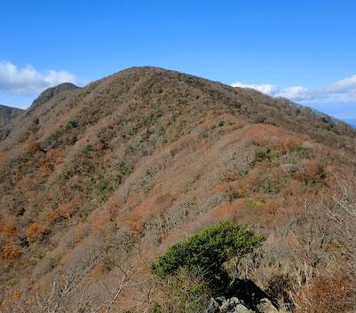 万二郎岳足下岩場・馬の背 奥のピークは万三郎岳