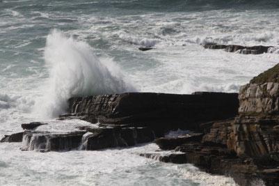 Sturm an der irischen Küste, Welle & Fels