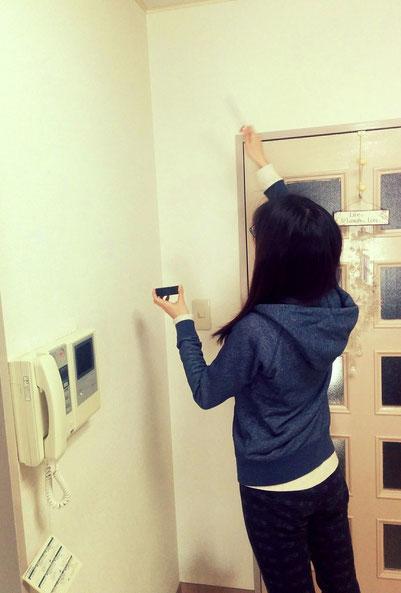 日本音叉ヒーリング研究会onsalaboが部屋の浄化を音叉ヒーリングで行う様子