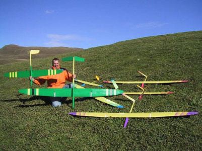 Alexis Marechal en 2000 avec plusieurs planeurs Aeromod dans l'herbe à la montagne