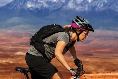 Frau mit Moventor Abus Helm mit QUIN Technologie