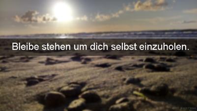 """Sonnenuntergang an der polnischen Ostsee. Dazu der Spruch: """"Bleibe stehen um dich selbst einzuholen."""" Vermeide Extreme."""