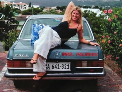 Nina mit gelblich-blonder Mähne und ihrem geliebten Mrs.-Palmers-Mercedes in Südafrika.