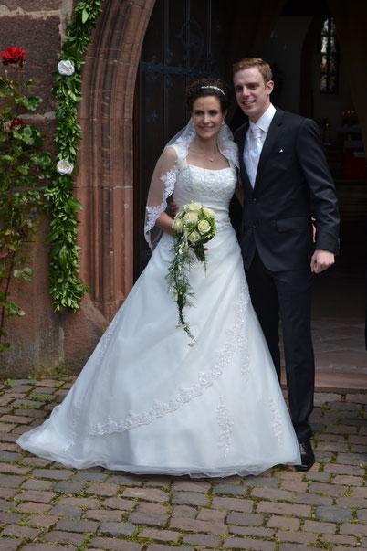 Nicole et Benjamin, lors de leur mariage le 24/05/2014 avec la robe Dolce Vita.