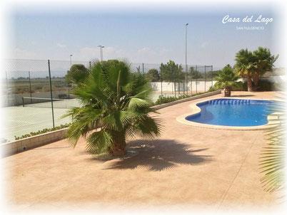 Het gezamenlijke zwembad en tennisbaan van Villa Casa del Lago