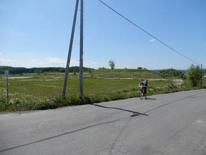 坂道を走るオガワ