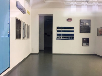 Berliner Kunstgalerie durchs Fenster fotografiert