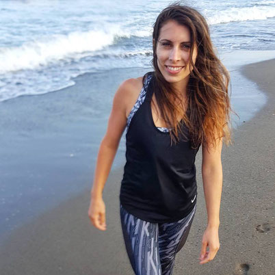 elodie-sillaro-debout-sur-la-plage-devant-la-mer-cheveux-au-vent