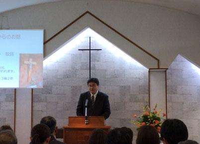 メッセージを語る深澤牧師