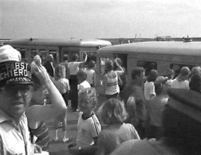 Zug läuft gerade ein. Die Gepäckträger sind bereit.  --©M. HF. Müller--