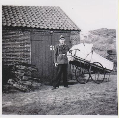 """Ende der 1950iger, Volker Lindemann mit der alten """"Pestkarre"""", unser damaliger Krankenwagen. Die """"Rettungsstation"""" war in dem alten Gemeindeschuppen östlich neben Haus Siebje., siehe Dorf-Bild oben Mitte ganz rechts."""