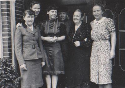 """1935 , Franz Worch mit """"seinen Frauen""""."""