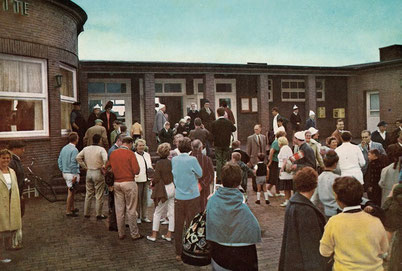 Juister Bahnhof, Ankunft neuer Gäste. 1961 , --©M. HF. Müller--