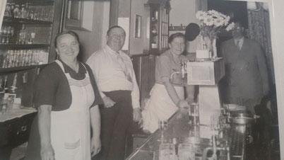 v.l.n.r. : Frau Butzke , Herr und Frau Rose (Bahnhofs-Wirtsleute) , een Baadgast,