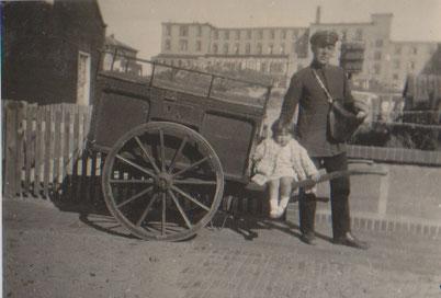 1934 der Postbote in der Friesenstraße vor Villa Anneliese.