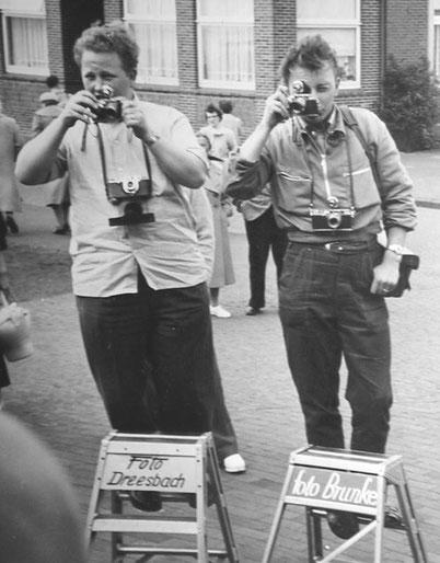 Fotografen bei der Ankunft, 1957, links Franz-Heinz Schünemann - Foto Dresbach, Strandstr. (später Foto WIKING )- rechts M.Müller - Ei,Ei - Foto Brunke-  ©M. HF. Müller
