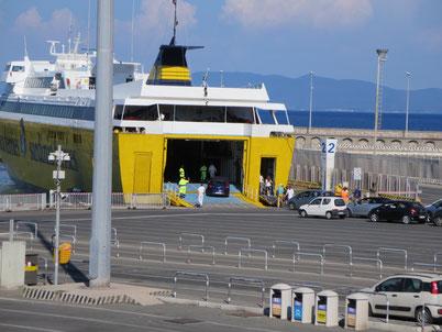 Imbarco auto a Piombino Marittima per l'Isola d'Elba