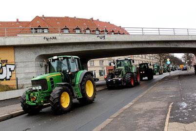 """""""Wir haben es satt"""" Demo für Agrarwende - viele Traktoren fahren  während der IGW Internationalen Grünen Woche 2016 nach Abschluss der Demo an den Ceciliengärten vorbei. Foto: Helga Karl"""