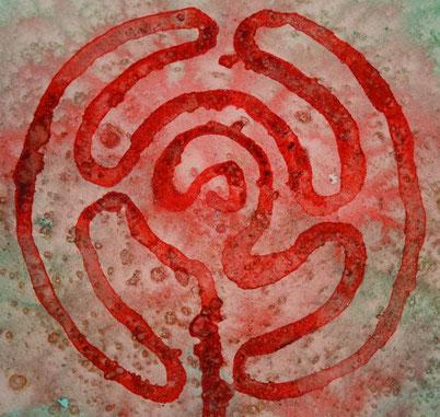 Een aquarel, hoofdtinten zandkleur als ondergrond en een gloeiend rood als labyrintvorm