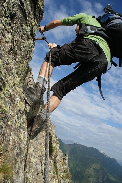 Steiler Aufschwung im Klettersteig