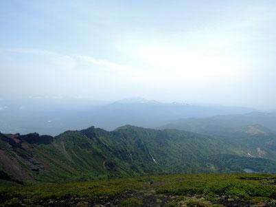 山頂手前の御鉢から鬼ヶ城を望む。御苗代湖も眼下に、秋田駒ヶ岳もうっすら。