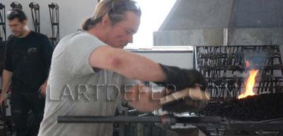 Boris Klein au marteau pilon. Lieux l'art de fer Lézignan Corbières. Photo P. Cabos