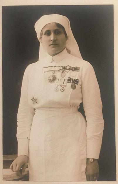 Safiye Hüseyin Elbi zeitg. Photo 1920 - eine hochdekorierte osmanische Krankenschwester, welche u.a. mit dem Eisernen Halbmond, der roten Halbmondmedaille, der preussischen RKM3 u.d. Nishan-Shefkat ausgezeichnet wurde. (Ottoman Imperial Archives)