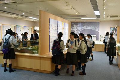 長島愛生園資料館を見学する女子高生