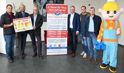 Von links: Johannes Bruns (Galabau JBW), Holger Hackmann (Werbegemeinschaft Wietmarschen), Werner Berning (Messeleitung), Manfred Wellen (Bürgermeister der Gemeinde Wietmarschen), Andreas Krämer (W. Krämer), Carsten Hüsken (IHHG Lohne), Bob der Baumeister