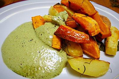Gebackene Kartoffel- und Kürbisspalten mit Salbei und Rosmarin angerichtet mit veganem Sesam-Kürbiskernöl-Dipp