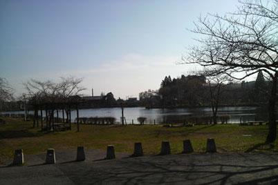 八鶴湖を左手に湖畔を歩く