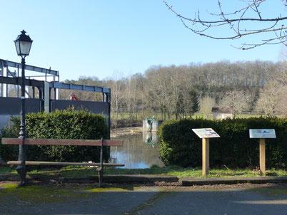 La place du village et le barrage hydro-électrique