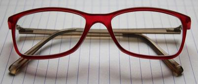 Rote Brille auf Notizblock