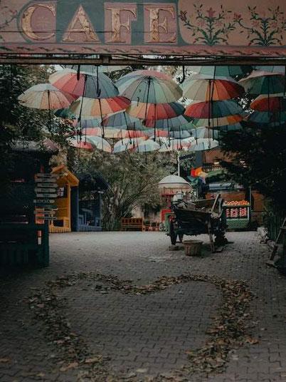 необычные примечательности Парижа - оригинальное кафе с зонтиками