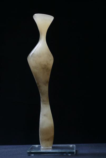 Heidrun Feistner: Das lange Warten / Alabaster karamell / Foto HF