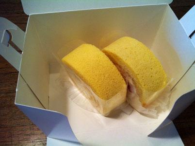 久しぶりに食べる「ROLL」のロールケーキ。 知ってる人は知っているレアなケーキですw 毎週木曜日12時からの販売で、売り切れるまで、。 高知で並んで買うとこってそうそう無いと思うけど、そんなとこのケーキです。 2個はすでに哲平が食べてましたw