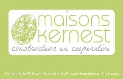 logo vert en forme de cocon sur un fond blanc avec maisons kernest