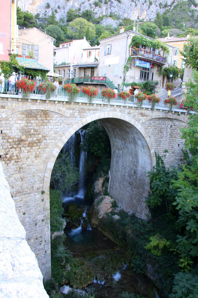 Bild: Aquädukt in Moustiers-Sainte-Marie