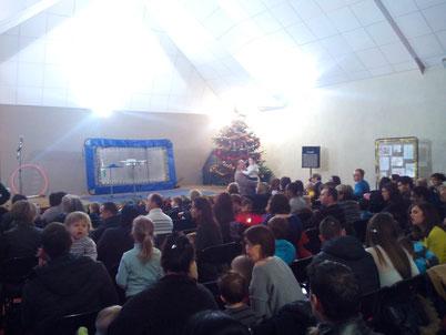 La salle des fêtes se remplit