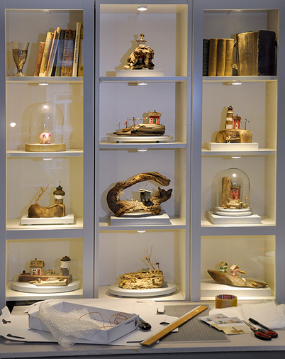 Christine Grandt Treibholzkunst, Skulptur, Miniatur, Holzhäuschen aus Schwemmholz und Strandgut, maritime Kunst, Kunst für die Wand,